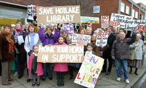 protesters_against_library_cuts_in_wirral_outside_hoylake_library_460_425803714